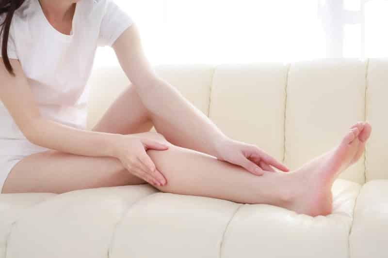 足を延ばす女性